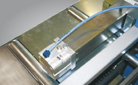 Metallkraft Erweiterung des Rollen- und Messbahnsystems MRB Standard für effektiveres und zeitsparendes Arbeiten Pneumatischer Armrückzug